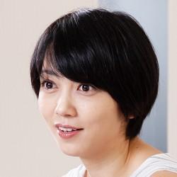 黒髪ショートカットヘアの遠藤久美子