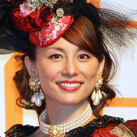 赤いドレスを着た米倉涼子