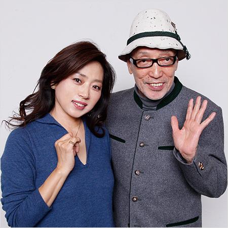 テリー伊藤さんとツーショットの紺のシャツを着ている藤吉久美子の画像