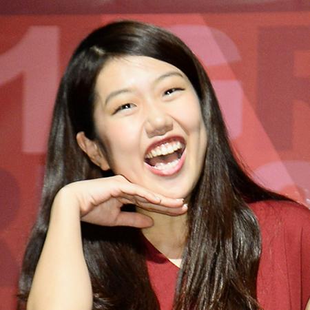 顎に手を当てはしゃぐ笑顔の芸人、横澤夏子