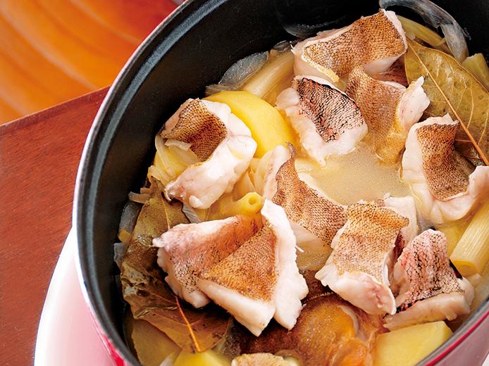 魚のアラからもいい出汁が出て、じんわり染み入る優しい美味しさ。じゃがいもは煮崩れしにくいものを使うのがポイント。スープが残ったら、ご飯を入れておじや風にしても美味しい。