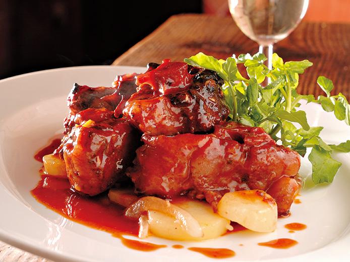 フォークを刺すと骨から肉がホロリとはがれるくらいが、煮込む目安。フォン・ド・ボーは缶詰でもよく、テール代わりにゼラチン質を多く含むスネ肉でも美味しくできる。