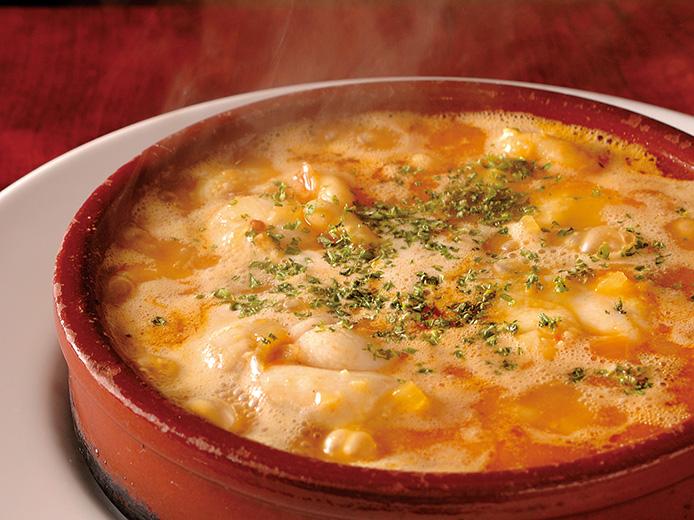 少し値ははるけれど、スープにも具材にもたっぷりアンコウを使いたい。また家庭のの土鍋でよいので、熱々な状態でいただこう。よく冷えた白ワイン、ビールなどがぴったり!
