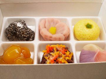 上生菓子は324円~。1月は最も種類が豊富。繊細な季節のうつろいを目と舌で味わって(写真は11月の内容)。
