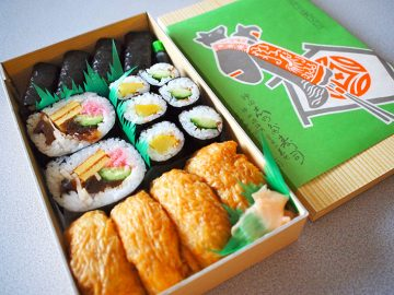 しのだのり巻五色詰め合わせ(800円)は稲荷寿司、かんぴょう巻、太巻、かっぱ巻、たくあん巻が入って賑やか。数百円から1万円超えまで、価格帯が幅広いのもありがたい。