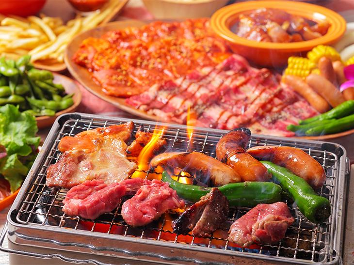 牛・豚・鶏3種のお肉に新鮮野菜を、さらにフードバーでフライドポテト、枝豆、シェイブアイス(ハワイのかき氷)が食べ放題。