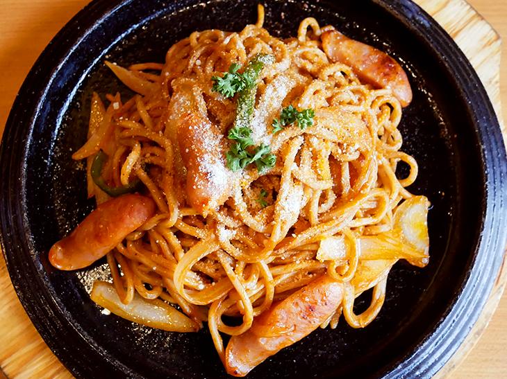 「ナポリタン焼きそば」(並630円)は100%有機トマトケチャップを使用。ソーセージ、玉葱、ピーマンたっぷり。