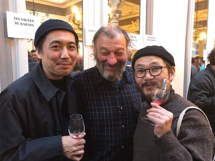 フランス・ロワール地方の街・アンジュで開催されたサロン「アノニム」にて。アラン・カステックス氏(中央)とパチリ(左/坪田さん、右/大山さん)