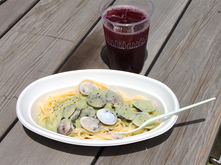 旨味たっぷりの小ハマグリがどっさり盛られ、ニンニクが程よく効いた空豆のソースがモチモチの太麺パスタによく絡む。果実がたっぷり入ったサングリアとともにあっという間に完食(ともに「さくらカフェ」)。
