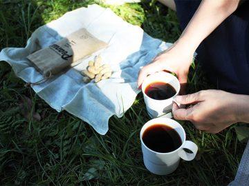 「豆NAKANO」のコーヒー(豆はミャンマー産とメキシコ産)は、「HAPPY NUTS DAY」の香ばしいローストピーナッツと好相性。ピクニック気分のお茶は楽しいもの。