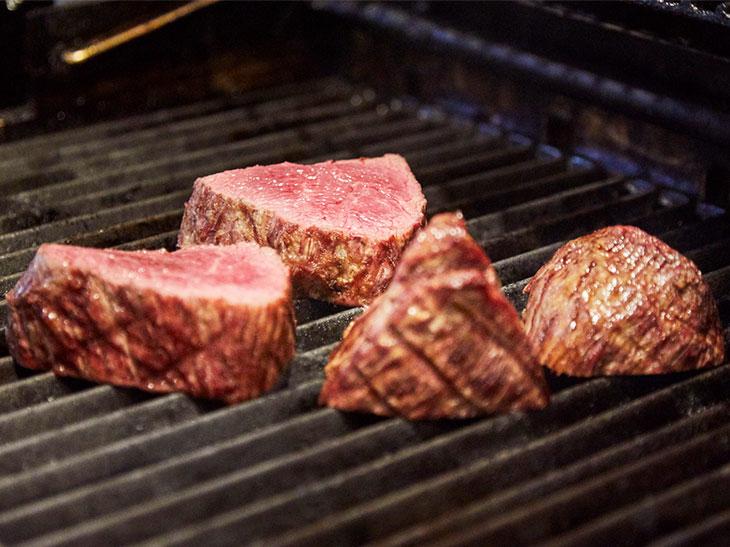 """肉、肉、肉!幻の""""肉焼き職人""""による、秘密の「BBQ肉会」に潜入してきた"""