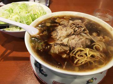 奥にある食べ放題のネギを加えて召し上がれ! チャーシュー麺特盛り910円 | 食楽web
