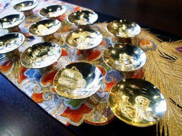 おめでたい席の食前酒は十二支の金ピカ盃で【酒器も肴のうち】