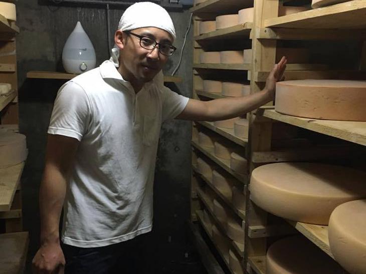 「しあわせチーズ工房」の半地下にある熟成庫にて本間さん。