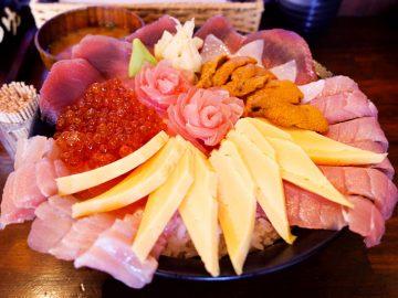 秋葉原名物! はみ出す中トロ、ウニにイクラものった「贅沢海鮮丼」とは?