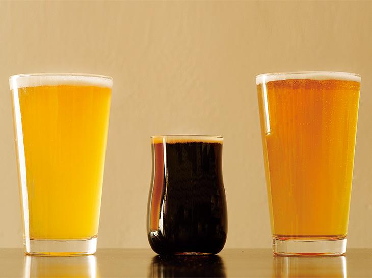 中央の「京都醸造 黒潮の如く」は飲みやすいスタウト。左は「ヒャッパブリュー 岡崎嬢」、右は「マルカ ホワイトIPA」