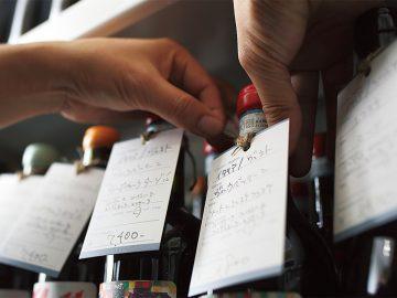 店に並ぶのは時代をリードする造り手の、日本を含む世界各地のワイン。「できるだけ東京と温度差がないように」という古賀さん