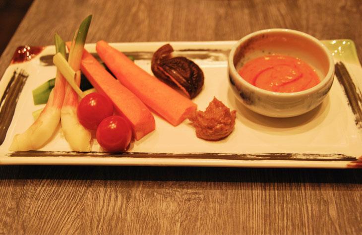 東京野菜まるかじり ハニーゴルゴンディップと無添加自家製味噌680円(税別)。ゴルゴンゾーラチーズとはちみつ、アクセントに豆板醤とケチャップを加えたディップと、カシューナッツとクルミを混ぜ合わせた自家製味噌。