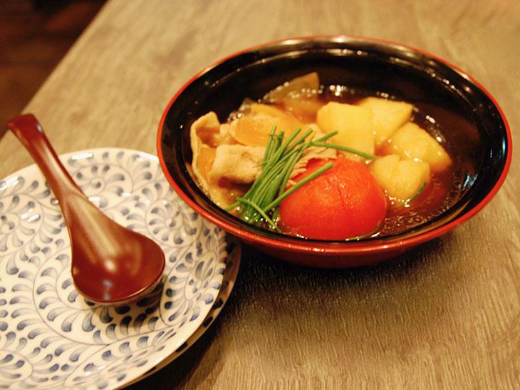 東京とまと肉じゃが880円(税別)。火の通ったトマトは柔らかい酸味と甘みに変化。済んだ出汁の味にホッとひと息