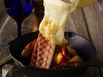 定番「チーズフォンデュ」のほか、いま話題のチーズ料理といえば「ラクレット」。『アルプスの少女ハイジ』にも出てくる焼きチーズ。表面を溶かして、トロトロに溶けた部分を野菜やお肉の上にオン! 目の前で実演されるライブ感もチーズ好きにはたまらないはず。