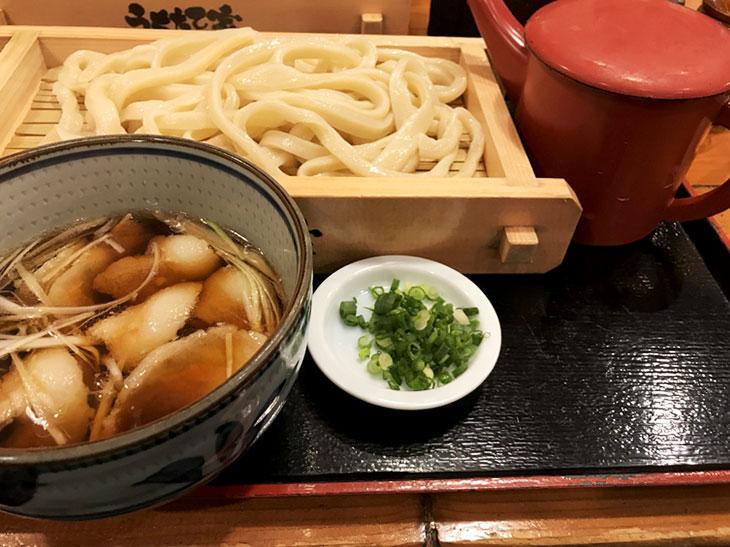 うどん、つゆ、ねぎ、うどんの茹で湯。うどんの茹で湯はうどんを食べ終わったあとのつゆに入れていただきます