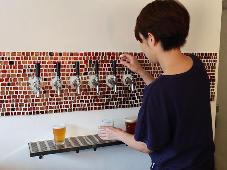 手作りで作った専用サーバーからビールを注ぐ