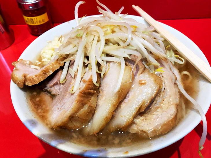 「小ラーメン麺半分」700円と「豚増し」150円