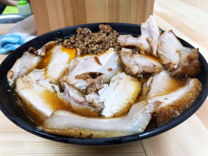 「激辛チャーシュー麺」850円。激辛の肉みそがどんぶりの端に入っています。