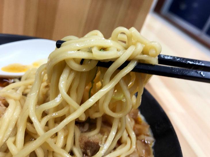 この中細麺がチャーシューと激辛肉味噌と相まってものすごく後を引きます。