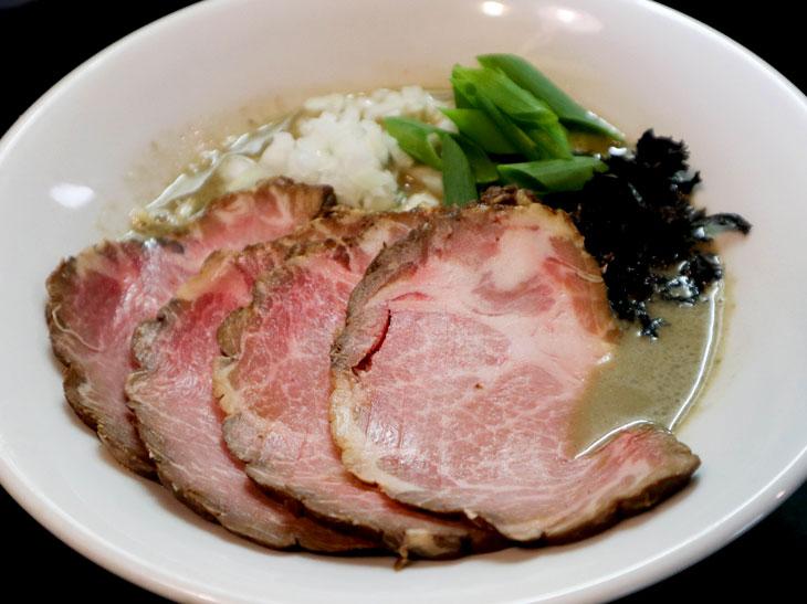 「濃厚そば」850円とチャーシュー250円。この日のスープは「鯵背黒白口」。低加水麺で、スープとの絡みが抜群。