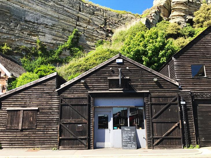こちら大当たりだったフィッシュ&チップスの店「The Rock A Nore」。ヘイスティングス名物でもある漁師たちの網置小屋を改装した建物がかっこいい