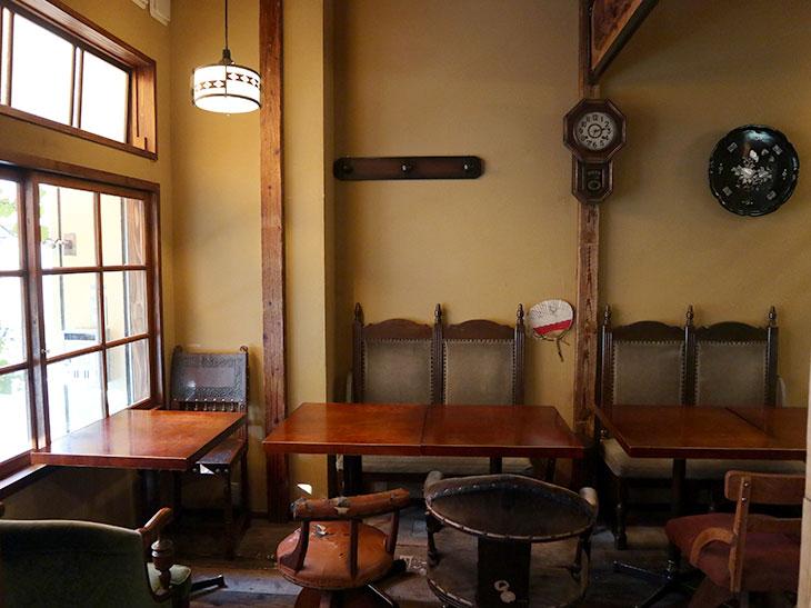 内装はほぼ手作りで、天井を抜いたり、古い床板を貼ったり、スタッフが壁を塗ったりしたそう
