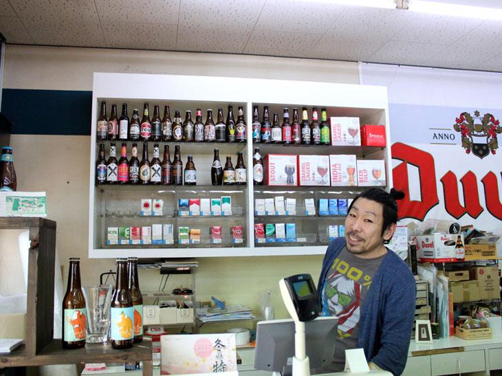 """店主の鈴木さん。どんなに基本的な質問をしても、わかりやすく&幅広い情報を教えてくれる""""ビールの伝道師""""。鈴木さんの解説を聞いていると全部飲みたくなってしまう。"""