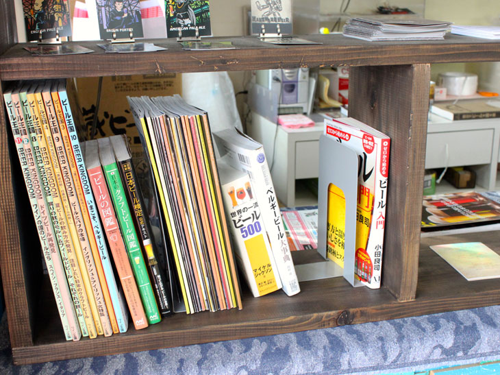 レジ横には、鈴木さんが集めたクラフトビール関連の書籍が並ぶ。中には造り手が読むような本格的な資料もあって興味深い。もちろん閲覧可能。