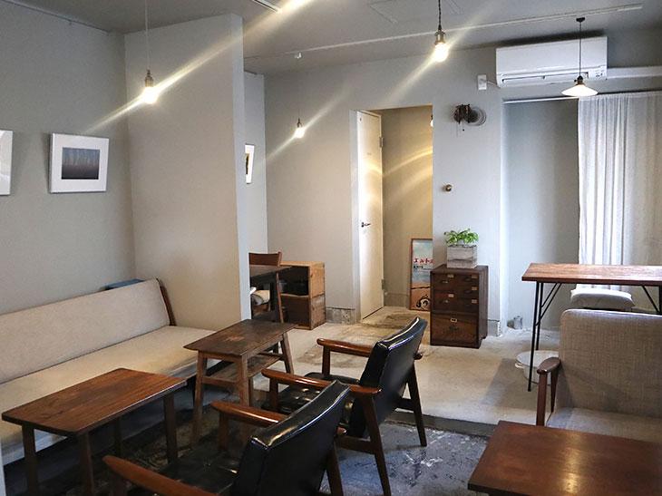 オープンは今年(2017年)の2月。自宅で使っていたアンティークショップで購入したテーブルやソファをお店で使っている