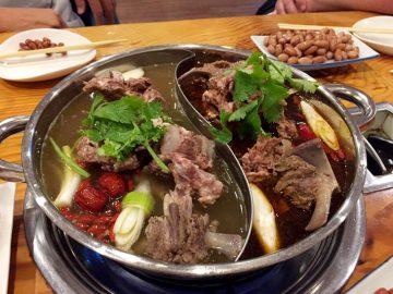体が芯から温まる!羊肉を骨ごと味わう「羊蠍子鍋」専門店に行ってきた!