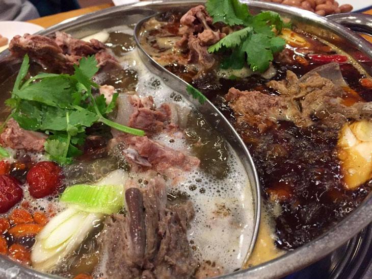 スパイシーな「麻辣濃厚スープ」と白湯系の「濃厚スープ」の2つが選べる。2つ同時に味わえる「鴛鴦鍋」は2,700円(2人前)。追加の羊肉の薄切りは800円。