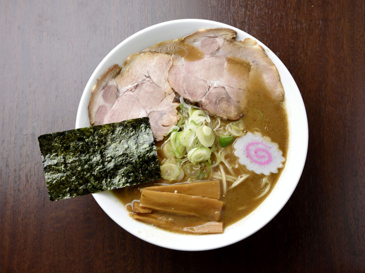 『吉岡』の「濃厚魚介ラーメン」は、熟成麺とスープへのこだわりが産んだ至極の味わい