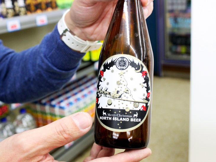 北海道・江別のブルワリー「ノースアイランドビール」による「クリスマスビール/シナモンエール」。毎年入荷している。1本550円。