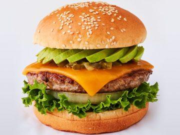 肉々しさ満点!「フレッシュネスバーガー」の新作「クラシックアボカドチーズバーガー」が旨いワケ