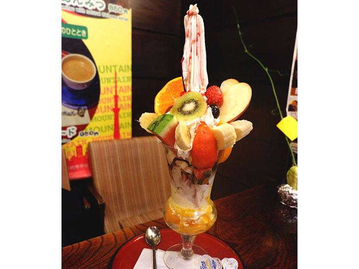 そびえ立つスイーツの塔!浅草『純喫茶マウンテン』の名物「スカイツリーパフェ」に挑戦