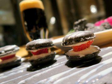 """前菜からデザート、ビールまで。何もかも""""真っ黒""""なディナーが話題"""