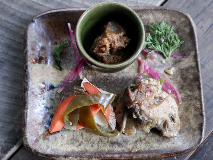 自家製の麹調味料で作る「鴨の発酵なめみそ」、「自然農園の野菜のぬか漬け」、「牡蠣の醤油麹漬け」
