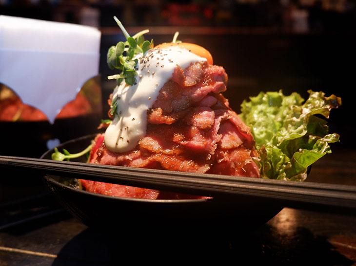 食の世界遺産? メガ盛り「ローストビーフ丼」がまるで富士山!