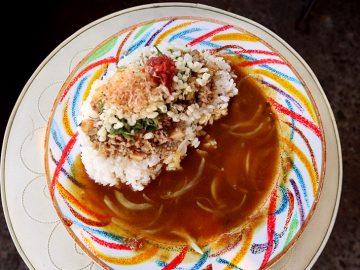 東京・高円寺で骨董品に埋もれて『平日昼だけ』楽しめる絶品和風カレーとは?