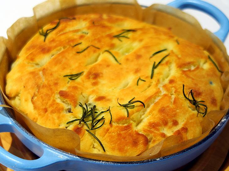 ホーロー鍋は白ごはんや煮込み料理以外にも使える!「ル・クルーゼ」の新作でパン作りに挑戦