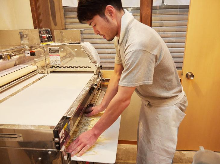 店内に設置された製麺室で、毎日麺が打たれている