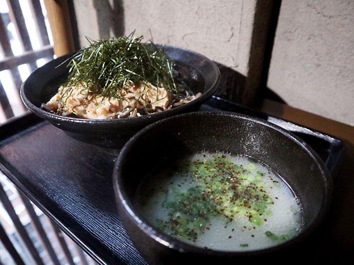 """今、""""つけ蕎麦""""はつけ汁が面白い!""""コムタンつけ汁""""が大人気のガッツリ系『肉蕎麦 禅』へ。"""