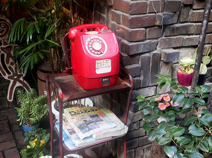 さぼうるの前にある赤電話