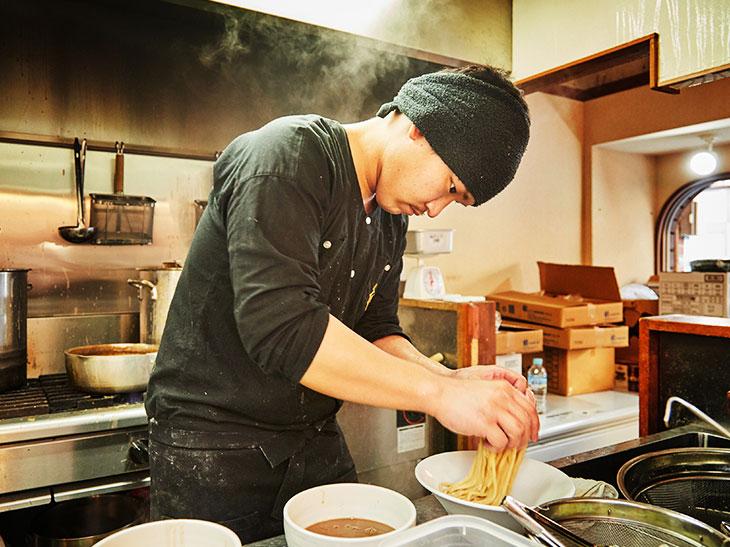 真剣な表情でつけ麺を作る店主